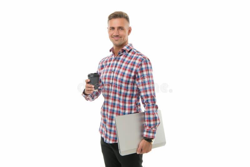 Καύσιμα για τον εγκέφαλό μου Όμορφος χαμογελαστός άντρας που απολαμβάνει τον καφέ του για να πάει Χαρούμενος hipster με φορητό υπ στοκ εικόνα με δικαίωμα ελεύθερης χρήσης