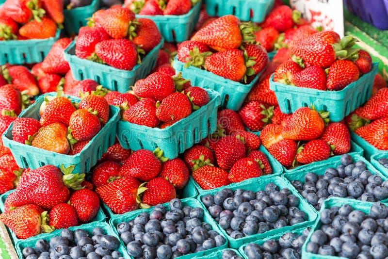 Καλάθια βακκινίων και φραουλών στη στάση φρούτων στοκ εικόνες με δικαίωμα ελεύθερης χρήσης