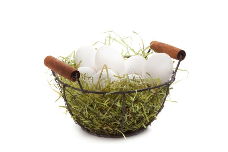 Καλάθι αυγών Πάσχας, σειρά, άχυρο, που απομονώνεται στο λευκό στοκ εικόνα με δικαίωμα ελεύθερης χρήσης