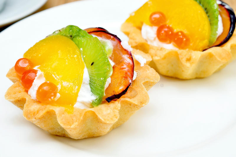 Καλάθι κέικ με τα φρούτα στοκ εικόνες με δικαίωμα ελεύθερης χρήσης