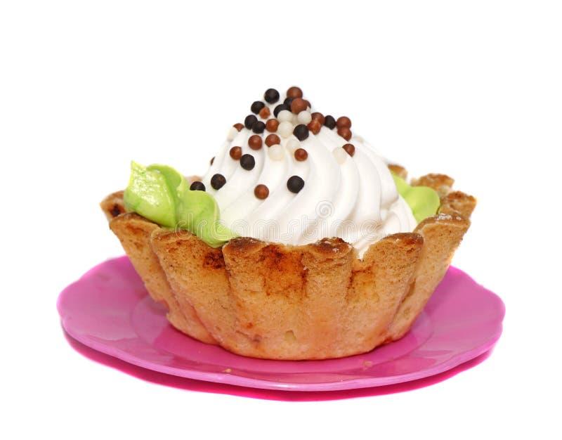 Καλάθι κέικ με την άσπρη κρέμα που διακοσμείται με τις μικρές σφαίρες στοκ εικόνες με δικαίωμα ελεύθερης χρήσης