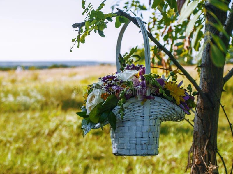 Καλάθι με τα λουλούδια στοκ φωτογραφία