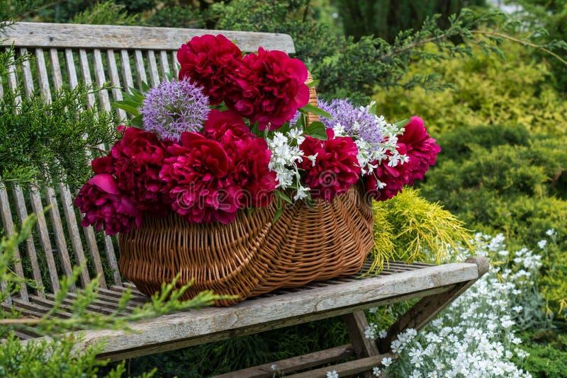 Καλάθι με τα λουλούδια στοκ εικόνες με δικαίωμα ελεύθερης χρήσης