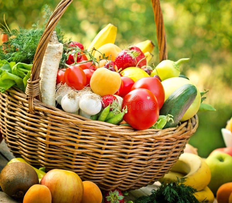 Καλάθι με την κινηματογράφηση σε πρώτο πλάνο φρούτων και λαχανικών στοκ εικόνα