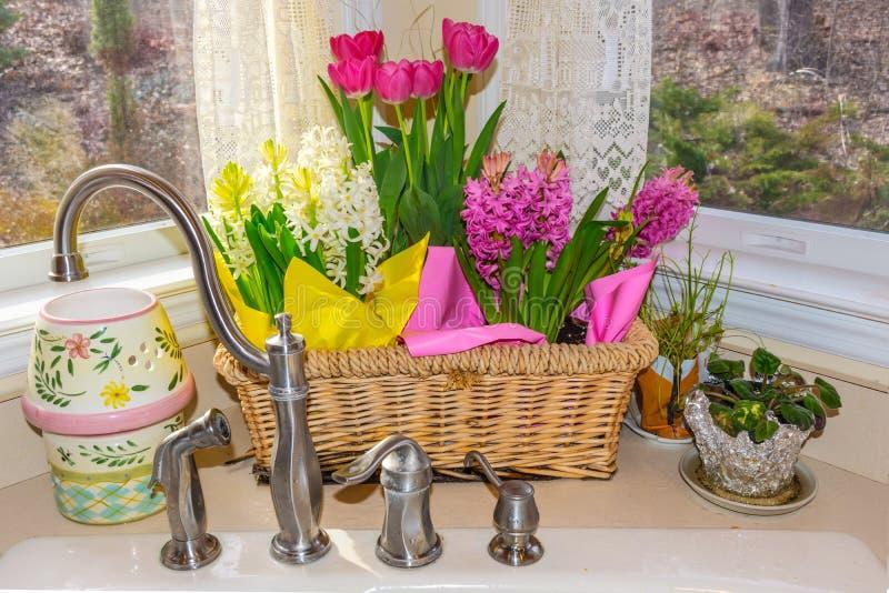 Καλάθι λουλουδιών άνοιξη στοκ φωτογραφίες