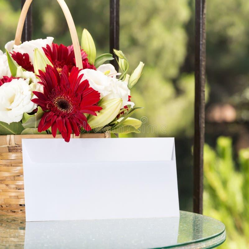 Καλάθι λουλουδιών με το σαφή φάκελο στοκ φωτογραφία με δικαίωμα ελεύθερης χρήσης