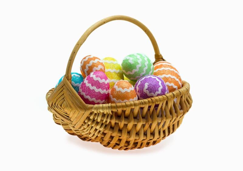 Καλάθι Πάσχας με τα αυγά πέρα από το λευκό στοκ φωτογραφία με δικαίωμα ελεύθερης χρήσης