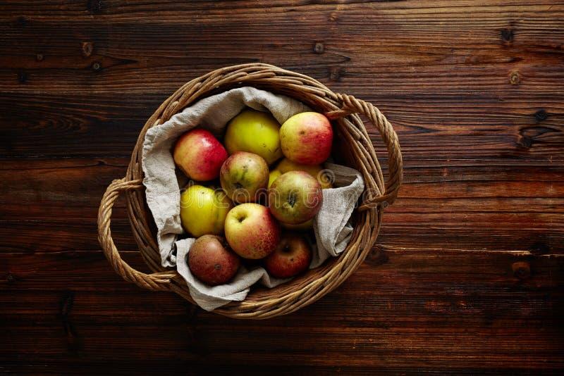Καλάθι που γεμίζουν με τα μήλα στοκ εικόνες