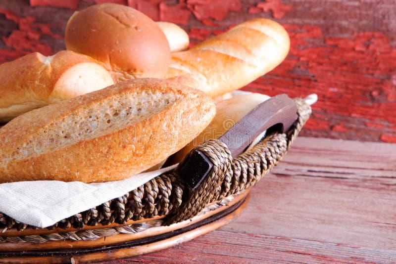 Καλάθι των χρυσών φλοιωδών φρέσκων ρόλων ψωμιού στοκ εικόνες
