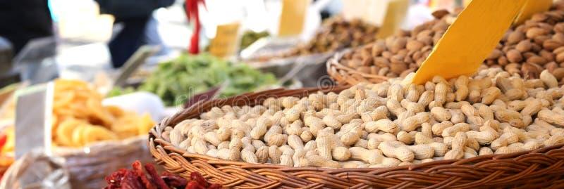 Καλάθι των ψημένων φυστικιών για την πώληση στη στάση ξηρού - φρούτα στοκ εικόνες με δικαίωμα ελεύθερης χρήσης
