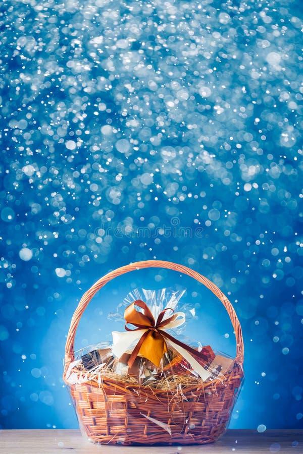 Καλάθι δώρων με τα εορταστικά μόρια στοκ φωτογραφίες με δικαίωμα ελεύθερης χρήσης