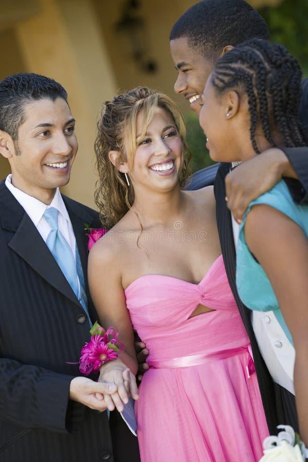 Καλά-ντυμένα εφηβικά ζεύγη που μιλούν έξω στοκ φωτογραφία με δικαίωμα ελεύθερης χρήσης