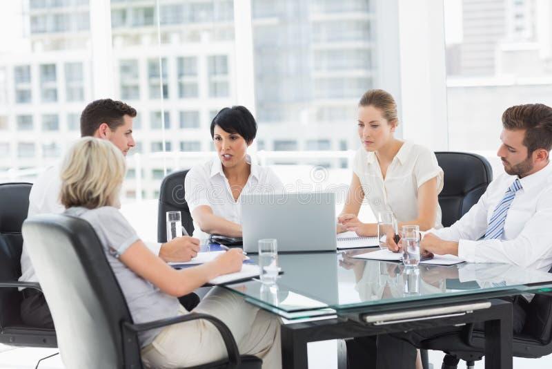 Καλά ντυμένοι επιχειρηματίες στη συζήτηση στο γραφείο στοκ εικόνες