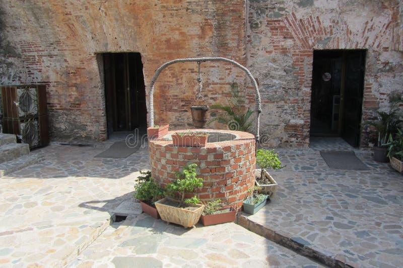 Καλά στο ιστορικό οχυρό στοκ εικόνα