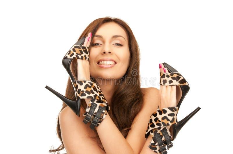 Καλή γυναίκα με τα παπούτσια λεοπαρδάλεων στοκ φωτογραφίες
