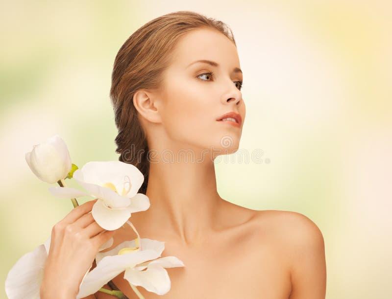 Καλή γυναίκα με το λουλούδι ορχιδεών στοκ φωτογραφία με δικαίωμα ελεύθερης χρήσης