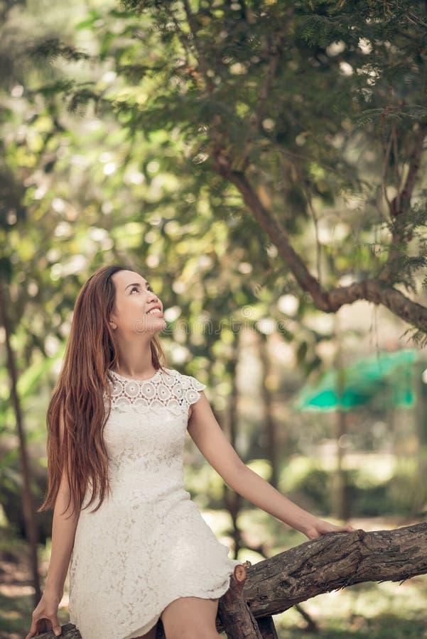 Καλή κυρία σε ένα δάσος στοκ εικόνα με δικαίωμα ελεύθερης χρήσης