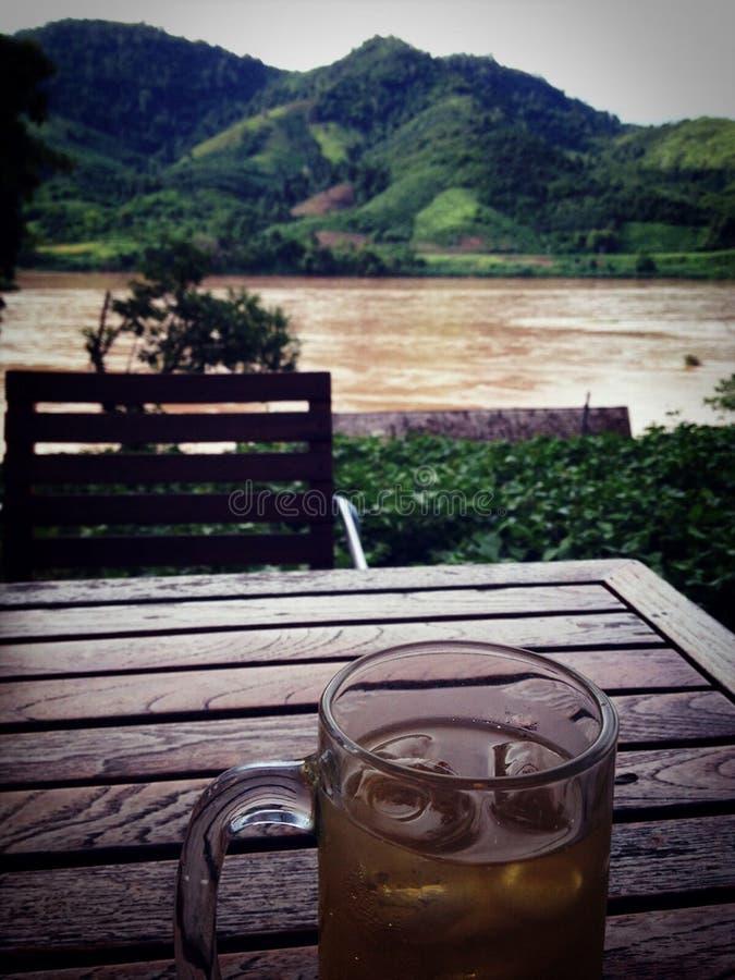 Καλή μπύρα, καλή άποψη - ποταμός Μεκόνγκ στοκ εικόνες