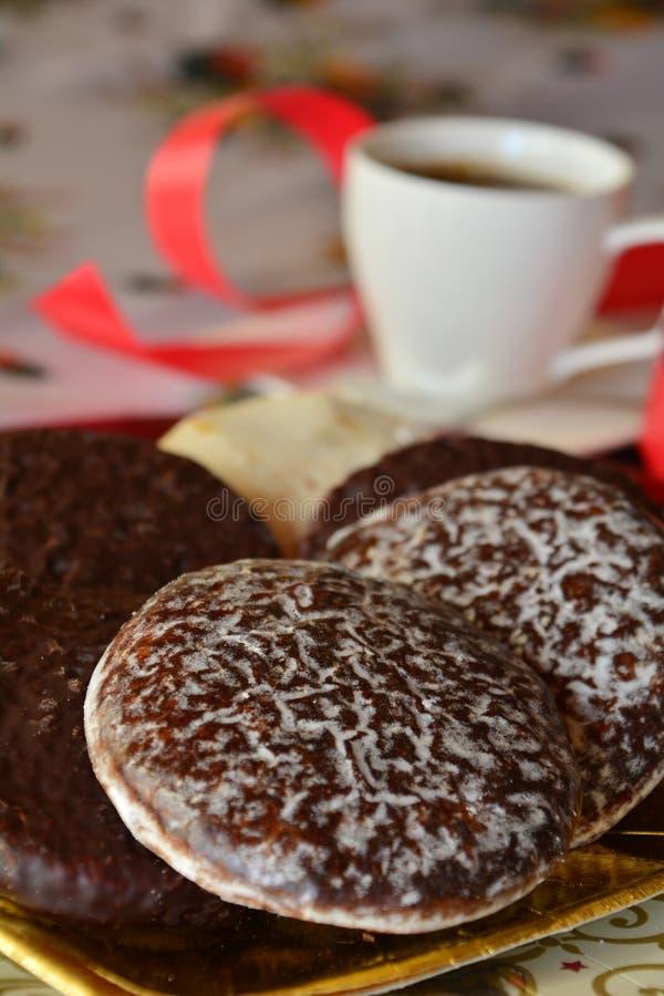 Download Καλή στενή επάνω εικόνα των μπισκότων Χριστουγέννων με το φλυτζάνι καφέ Στοκ Εικόνες - εικόνα από καραμέλα, closeup: 62706982