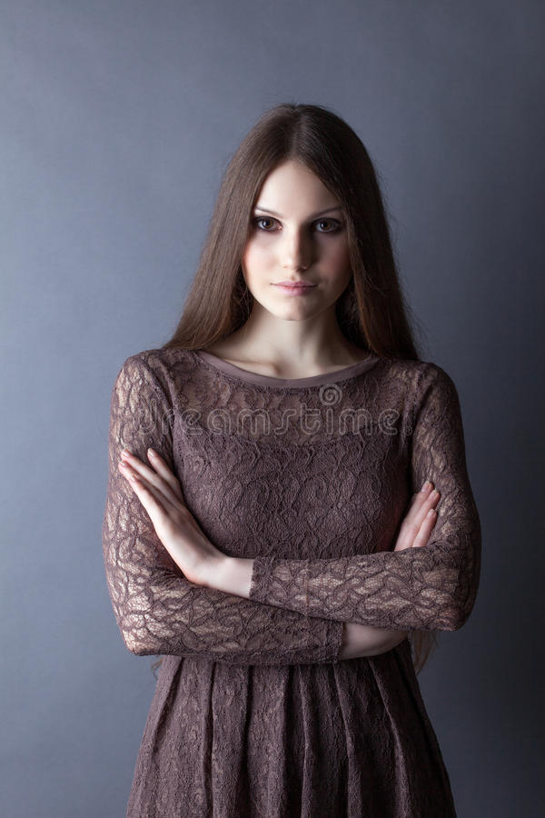 Καλή τοποθέτηση brunette στο φόρεμα δαντελλών, κινηματογράφηση σε πρώτο πλάνο στοκ φωτογραφίες με δικαίωμα ελεύθερης χρήσης