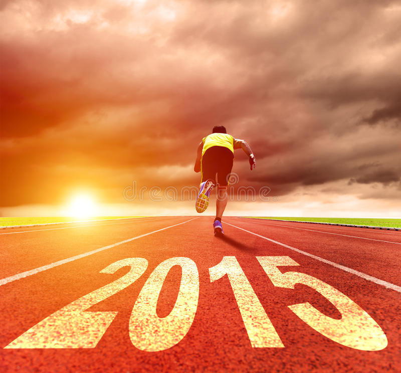 Καλή χρονιά 2015 νεαρός άνδρας που τρέχει με την ανατολή στοκ εικόνες
