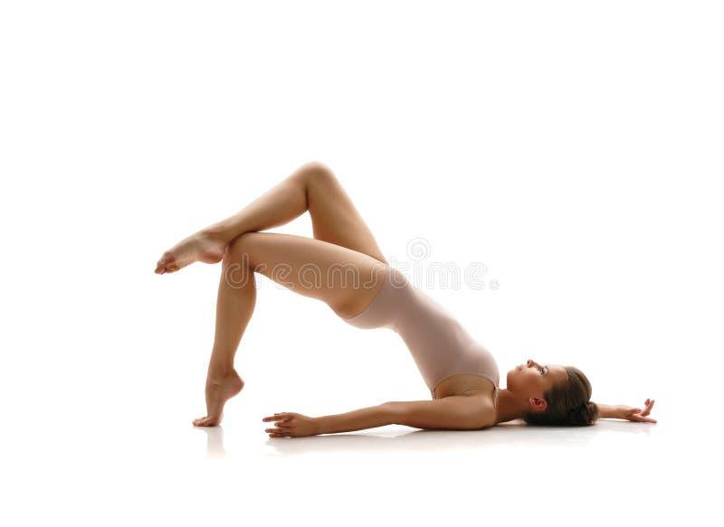 Καλή gymnast τοποθέτηση στο στούντιο Απομονωμένος στο λευκό στοκ φωτογραφίες