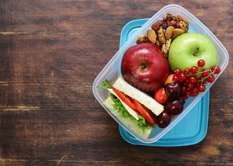 Καλαθάκι με φαγητό για την υγιή κατανάλωση στοκ εικόνα