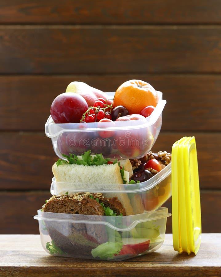Καλαθάκι με φαγητό για την υγιή κατανάλωση στοκ εικόνες
