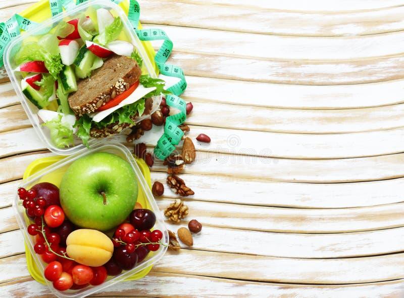 Καλαθάκι με φαγητό για την υγιεινή διατροφή κατανάλωσης στοκ φωτογραφία με δικαίωμα ελεύθερης χρήσης