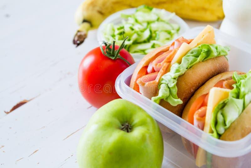 Καλαθάκι με φαγητό με τη σαλάτα σάντουιτς και friuts στοκ εικόνες με δικαίωμα ελεύθερης χρήσης