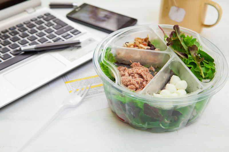 Καλαθάκι με φαγητό στην εργασία στοκ φωτογραφίες