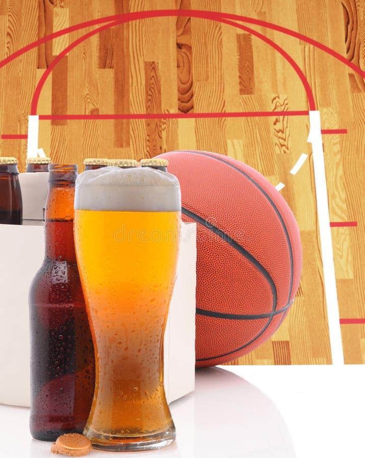 Καλαθοσφαίριση έξι πακέτο και ποτήρι της μπύρας και του δικαστηρίου στοκ εικόνα με δικαίωμα ελεύθερης χρήσης