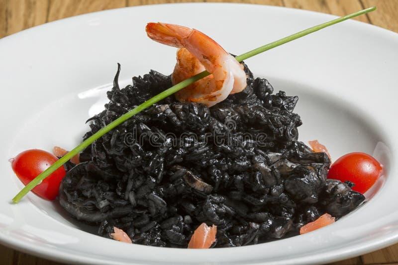 Καλαμάρι στη μαύρη σάλτσα μελανιού στοκ εικόνες