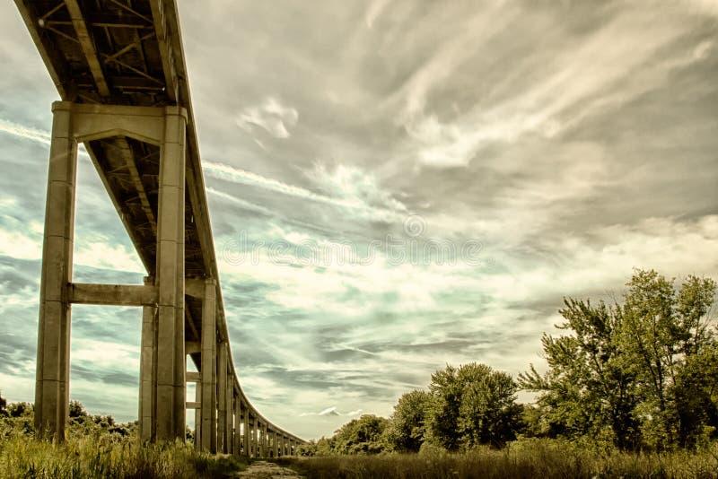 Καλαμοειδής γέφυρα σημείου ενάντια στον ουρανό στοκ εικόνες