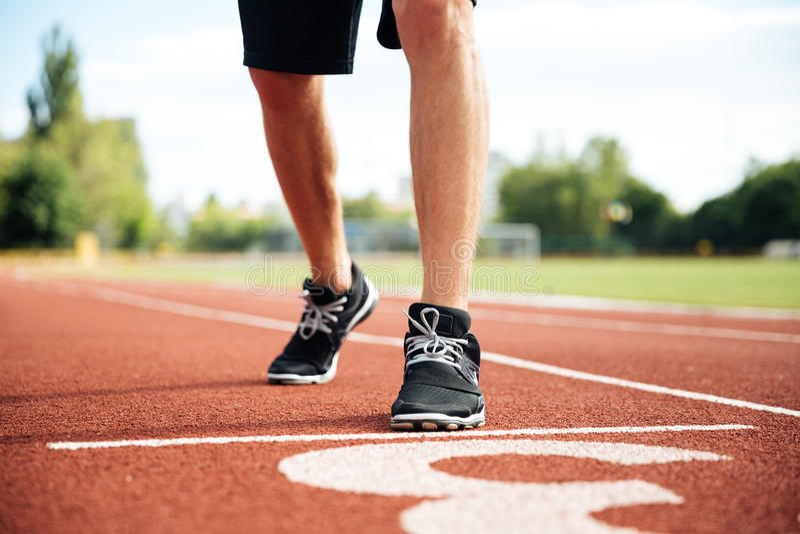 Καλλιεργημένη εικόνα ενός sprinter που παίρνει έτοιμου να αρχίσει στοκ φωτογραφία με δικαίωμα ελεύθερης χρήσης