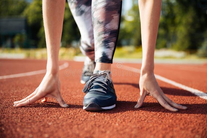 Καλλιεργημένη εικόνα θηλυκό sprinter να πάρει έτοιμος να τρέξει στοκ φωτογραφίες με δικαίωμα ελεύθερης χρήσης