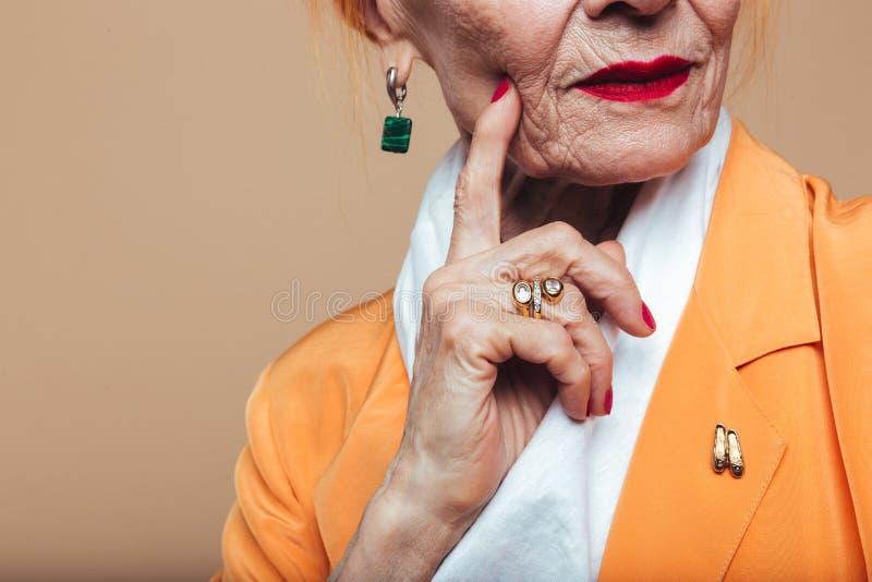 Καλλιεργημένη εικόνα της κατάπληξης της ώριμης redhead γυναίκας μόδας στοκ εικόνα με δικαίωμα ελεύθερης χρήσης