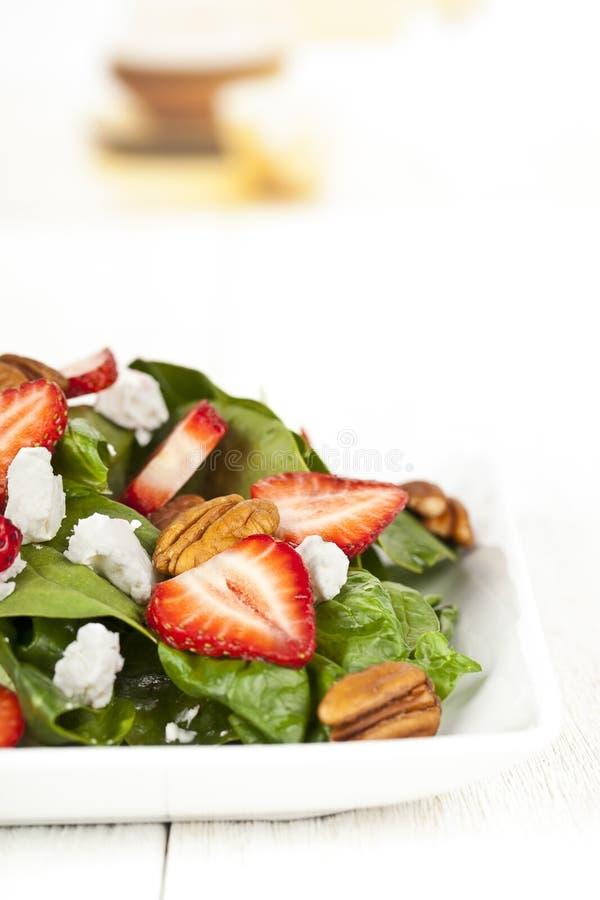 Download καλλιεργημένη εικόνα της σαλάτας σπανακιού με τις φέτες και το πεκάν φραουλών Στοκ Εικόνα - εικόνα από συστατικό, φύλλα: 62718939