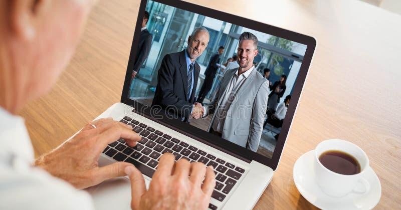 Καλλιεργημένη εικόνα της τηλεοπτικής σύσκεψης επιχειρηματιών με τους συναδέλφους στο lap-top στοκ φωτογραφία