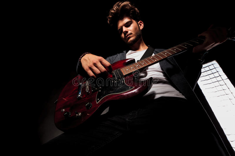 Download Καλλιτέχνης στη σκοτεινή κιθάρα παιχνιδιού Backgroud Στοκ Εικόνες - εικόνα από σκοτεινός, down: 62722900
