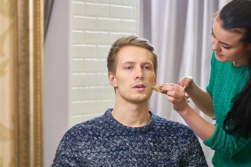 Καλλιτέχνης Makeup και αρσενικό πρότυπο στοκ φωτογραφία