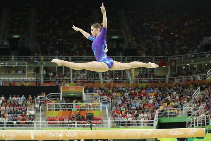Καλλιτεχνικός gymnast Aliya Mustafina της Ρωσικής Ομοσπονδίας ανταγωνίζεται στην ακτίνα ισορροπίας στην ολόγυρη γυμναστική γυναικ στοκ εικόνες