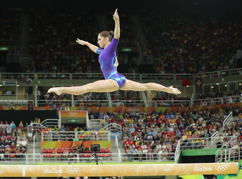 Καλλιτεχνικός gymnast Aliya Mustafina της Ρωσικής Ομοσπονδίας ανταγωνίζεται στην ακτίνα ισορροπίας στην ολόγυρη γυμναστική γυναικ στοκ εικόνα με δικαίωμα ελεύθερης χρήσης