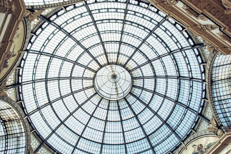 Καλλιτεχνικό ανώτατο όριο γυαλιού σε Galleria Vittorio Emanuele ΙΙ στο Μιλάνο στοκ εικόνες με δικαίωμα ελεύθερης χρήσης