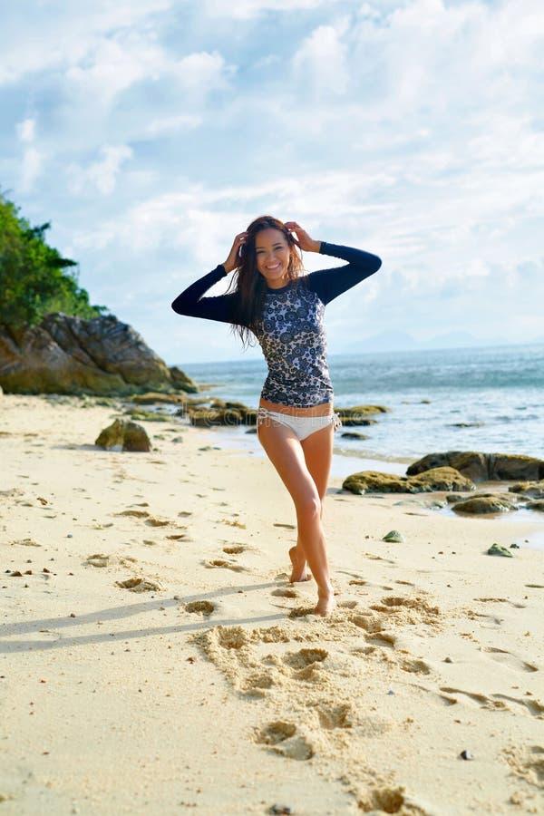 Καλοκαίρι Ευτυχές κορίτσι Surfer που έχει τη διασκέδαση, ταξίδι καλοκαιρινών διακοπών στοκ φωτογραφία