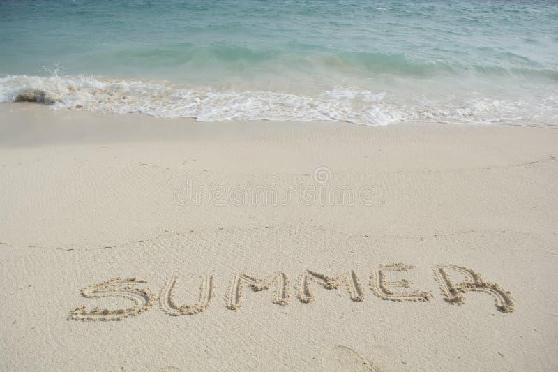 Καλοκαίρι με τη λέξη που παίρνει πλυμένη στοκ φωτογραφία με δικαίωμα ελεύθερης χρήσης