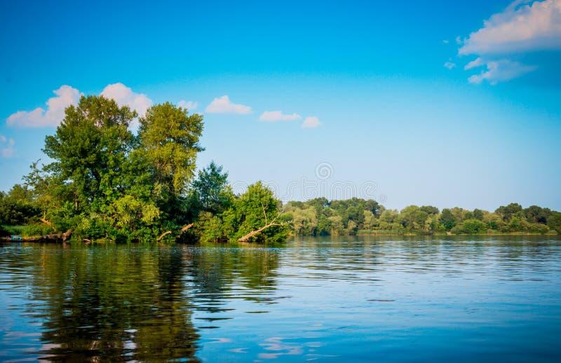 Καλοκαίρι στον ποταμό Dnieper Αντανάκλαση του μπλε ουρανού στο νερό στοκ εικόνα