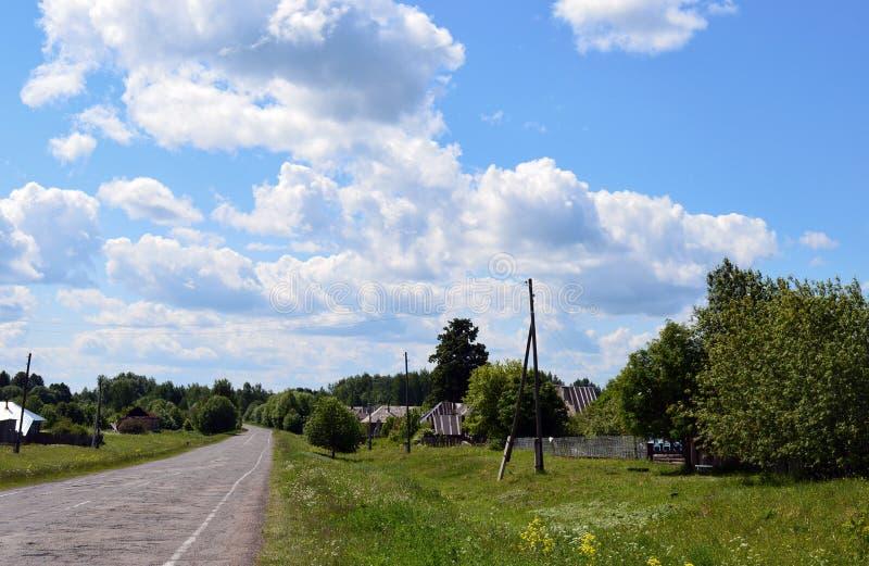 καλοκαίρι σύννεφων ημέρας χλόης θερινής φύσης εγχώριων δέντρων πρωινού τοπίων ουρανού το του χωριού πρασινίζει το δρόμο στοκ φωτογραφίες με δικαίωμα ελεύθερης χρήσης