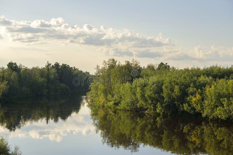 Καλοκαίρι Yagenetta ποταμών θερινών τοπίων στο μακρινό Βορρά στοκ φωτογραφία με δικαίωμα ελεύθερης χρήσης