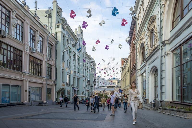 Καλοκαιρινές διακοπές στις οδούς του κέντρου της Μόσχας στοκ εικόνα